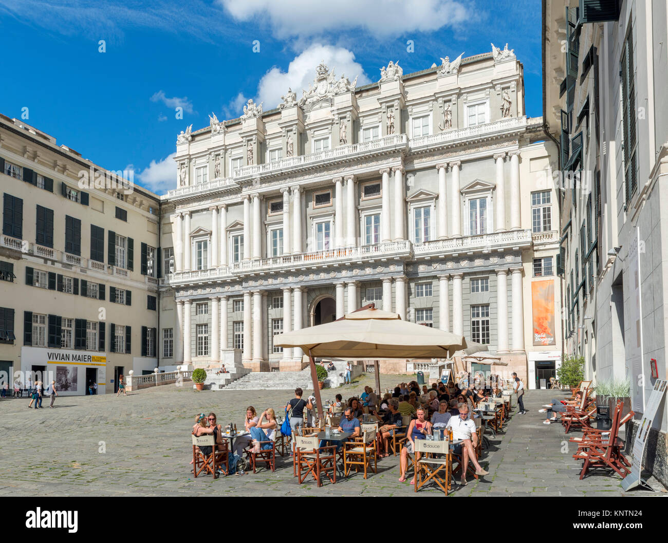 Sidewalk cafe in front of the 16th century Doge's Palace (Palazzo Ducale), Piazza Matteotti, Genoa, Liguria, - Stock Image