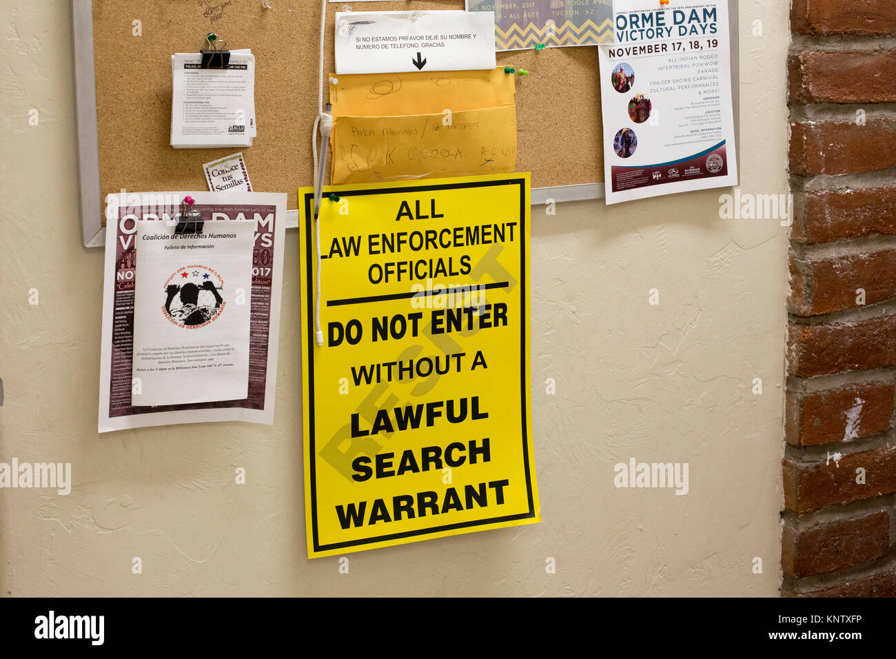 Tucson, Arizona - A sign at the office of the Coalición de Derechos Humanos warns law enforcement officers - Stock Image