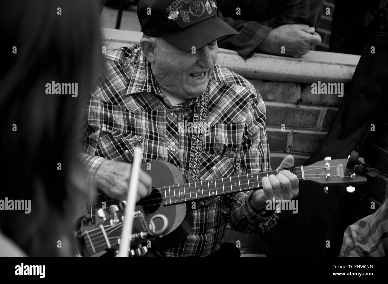 Monochrome photo of musicians playing outside in the street at the Friday Night Jamboree at Floyd Country Store - Stock Image