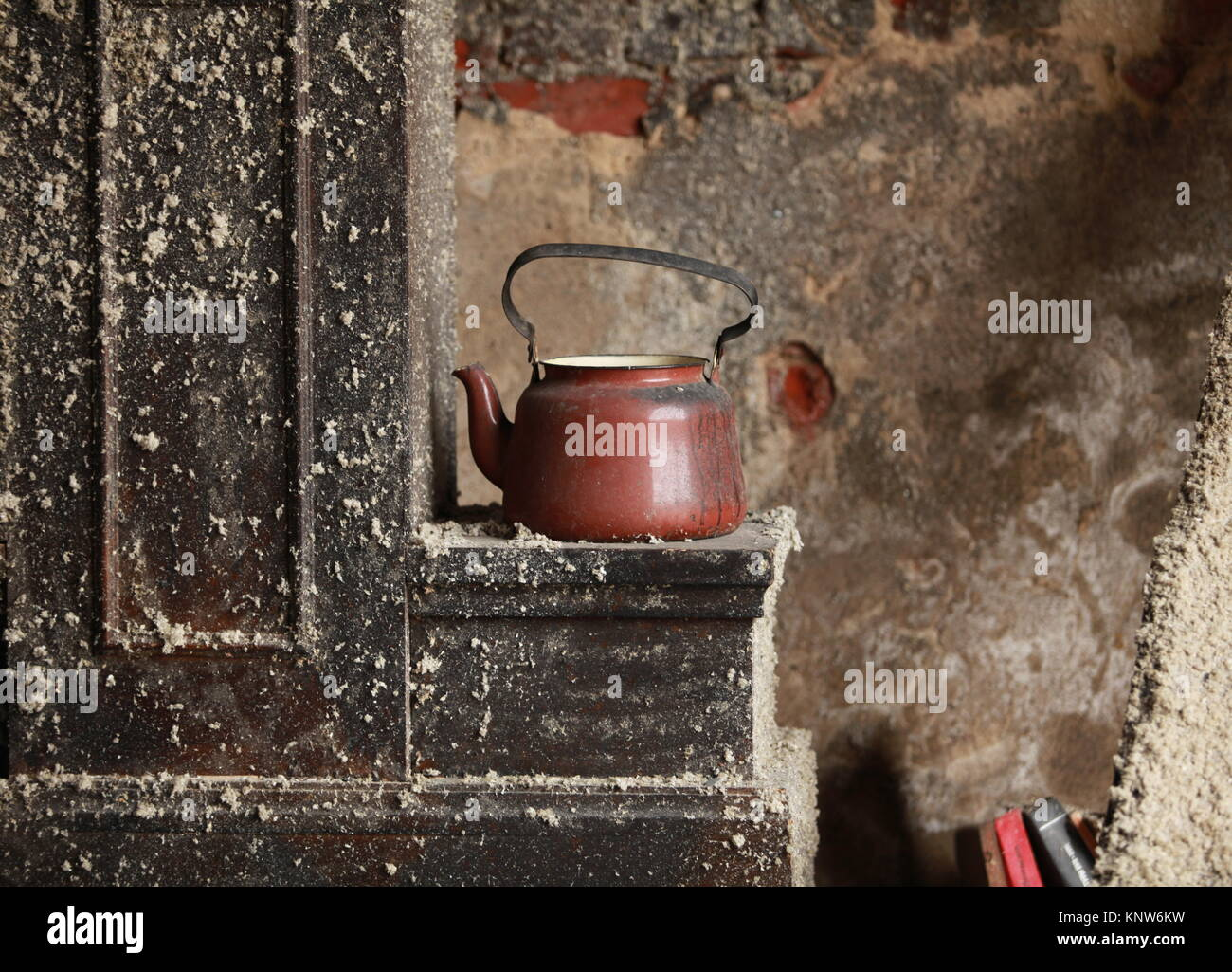 old kettle on the stove an abandoned house - Stock Image