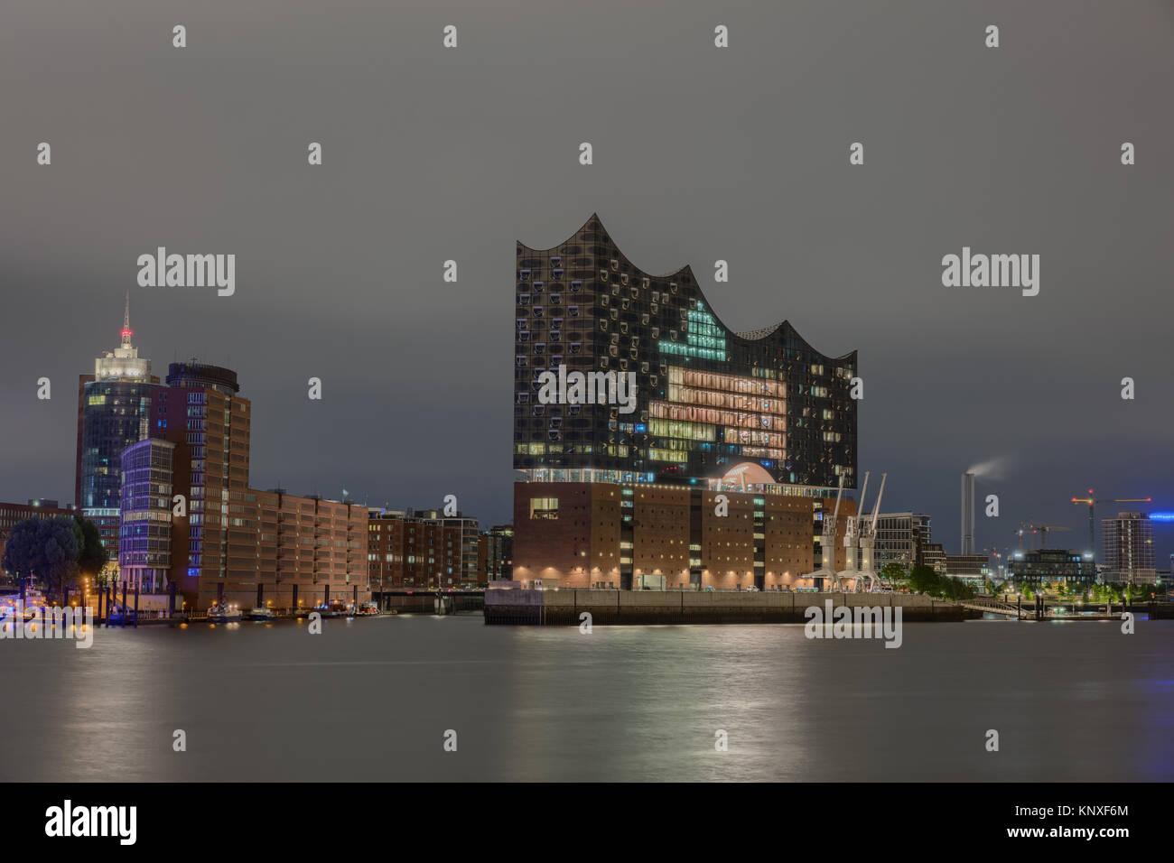Blick zur Hamburger Hafencity bei Nacht - Stock Image