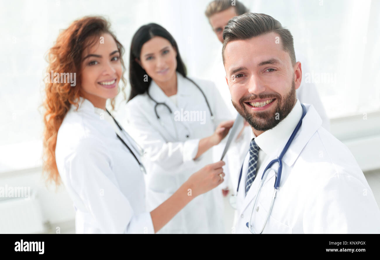 Portrait of aged male doctor teaching medical students. - Stock Image
