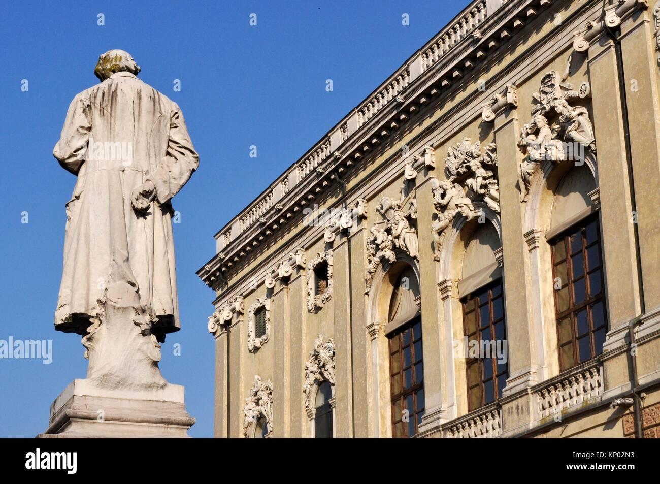 Vicenza, Italy: the Banca d´Italia and the statue of poet Giacomo Zanella in piazza San Lorenzo - Stock Image
