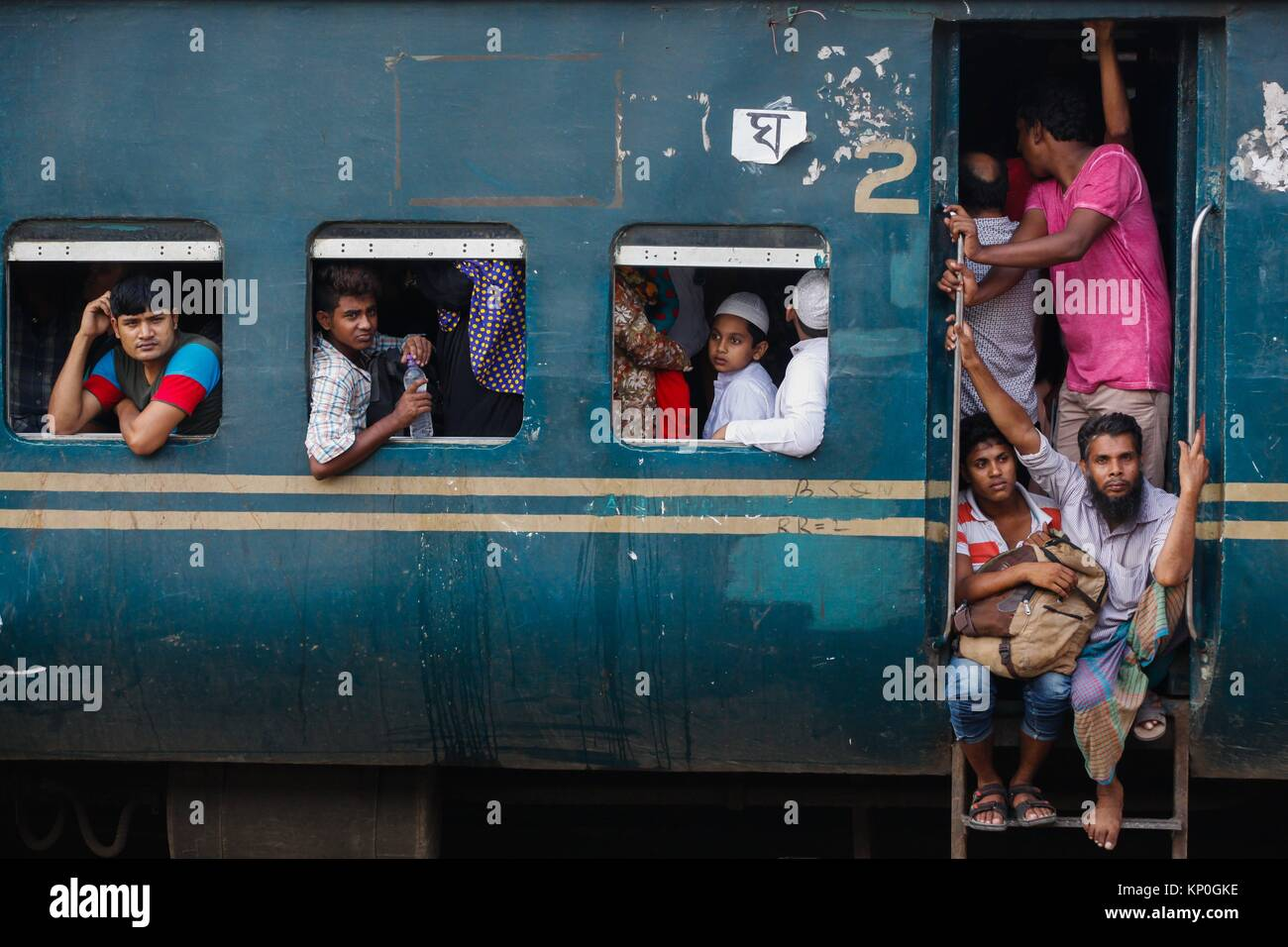 Bangladeshis cram onto a train as they travel home to be with their families ahead of the Muslim festival of Eid Stock Photo