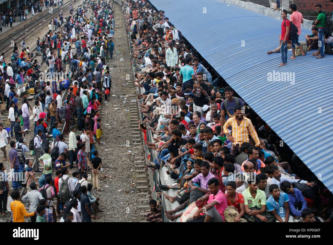 Bangladeshis cram onto a train as they travel home to be with their families ahead of the Muslim festival of Eid - Stock Image
