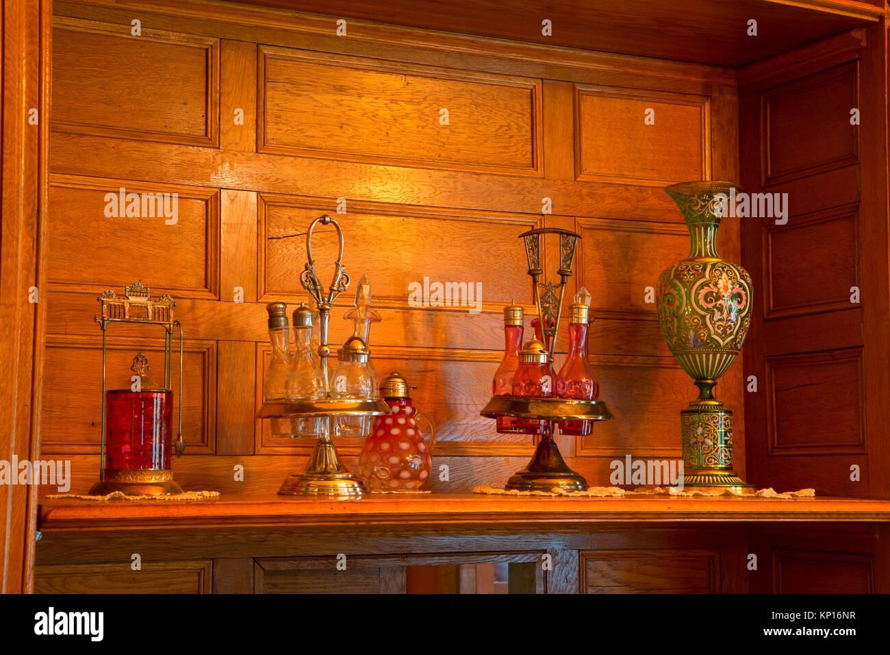 Shelf in Deepwood House, Bushs Pasture Park, Salem, Oregon. - Stock Image