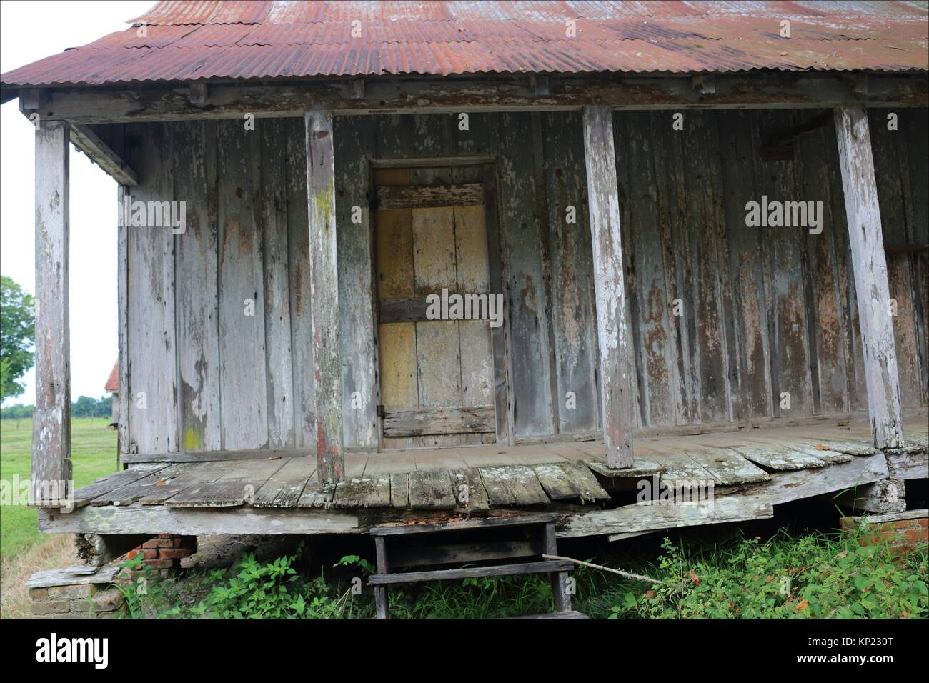 The porch of an 1860´s era slave cabin at Laurel Valley, Thibodaux, Louisiana, has seen better days. USA - Stock Image