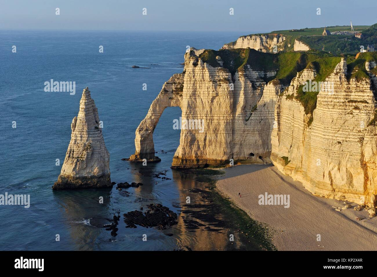 chalk cliffs with arch and ´´l´Aiguille´´ (the Needle), Etretat, Seine-Maritime department, Normandie region, France, Stock Photo