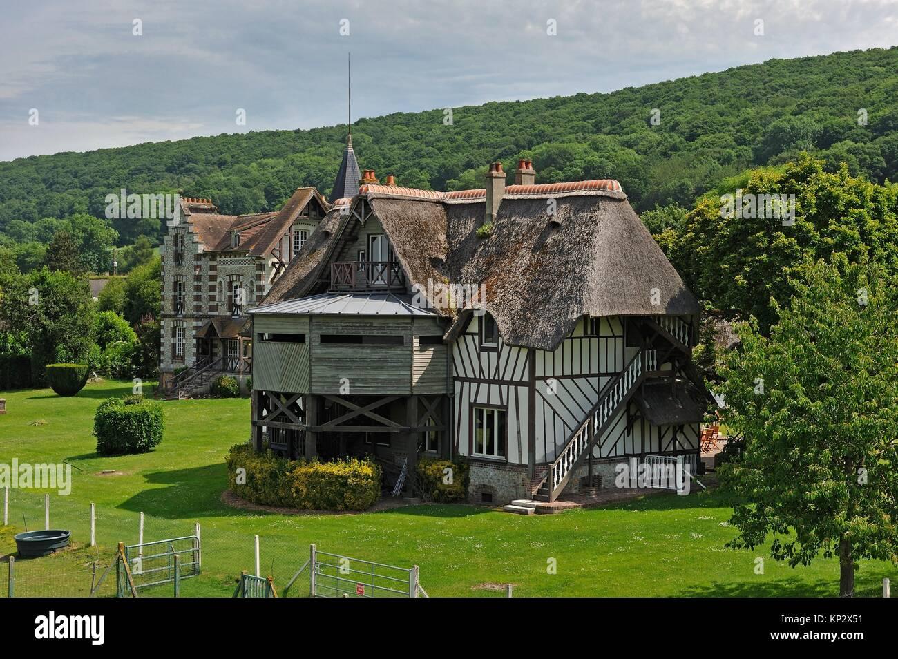 mansions by the ´´La Grand-Mare´´ pond, Marais Vernier, Boucles de la Seine normande Regional - Stock Image