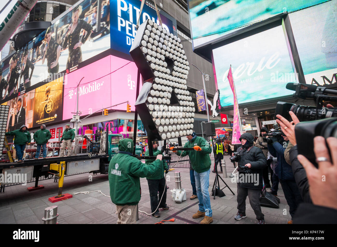 """New York, USA. 13th Dec, 2017. Workers from Landmark Signs & Electric deliver the two seven-foot-tall numerals """"1"""" Stock Photo"""