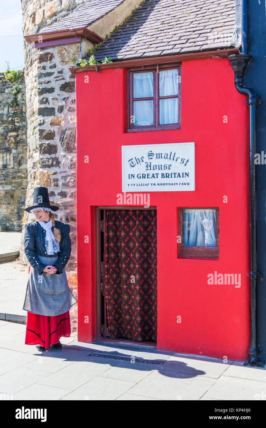 North wales conway north wales conwy north wales Welsh lady in national costume by the smallest house in Great Britain - Stock Image