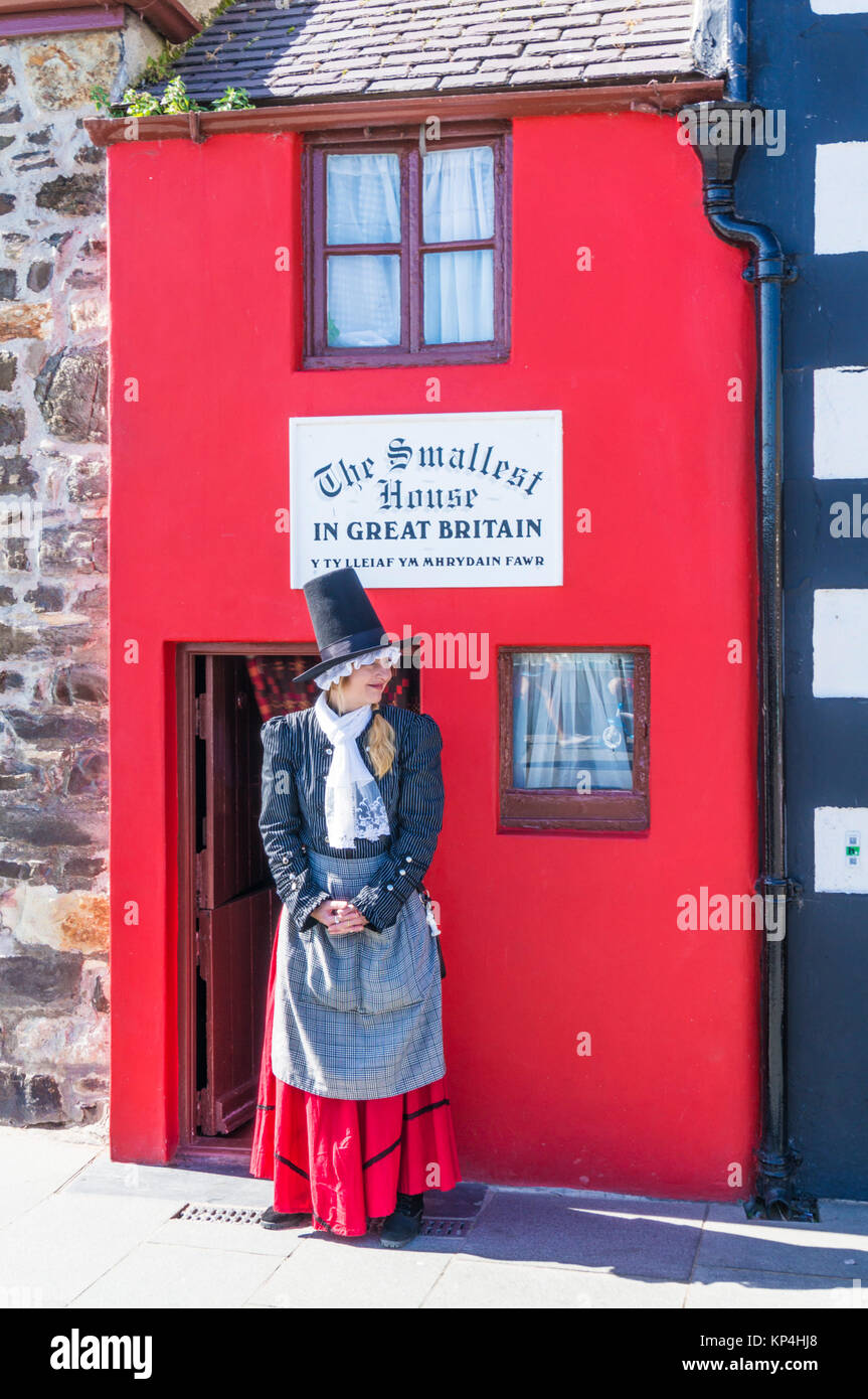 smallest house in Great Britain North wales conway north wales conwy north wales Welsh lady in national costume - Stock Image