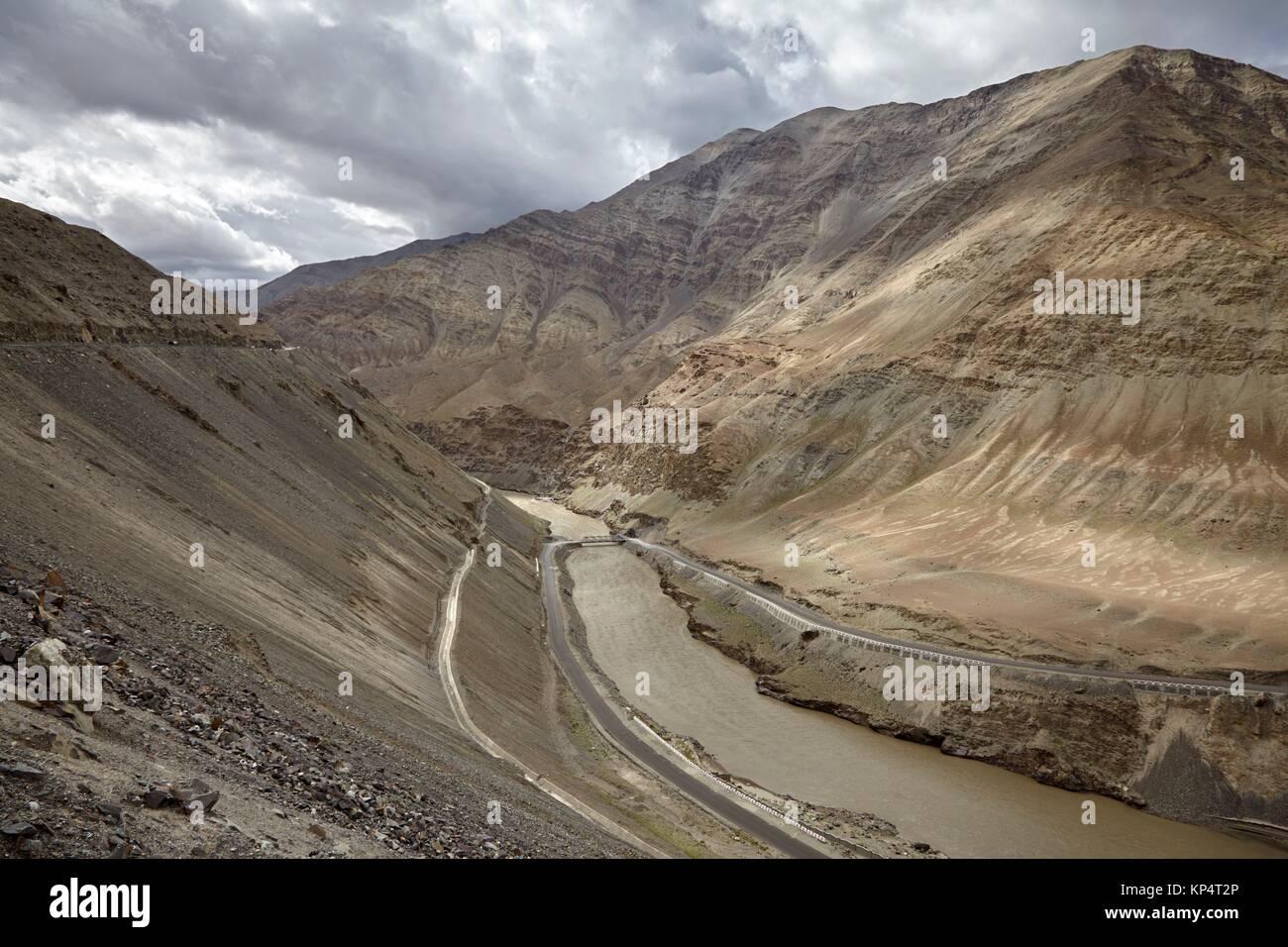 Union del Rio Zanskar y el Rio Indo, Ladakh, India. - Stock Image