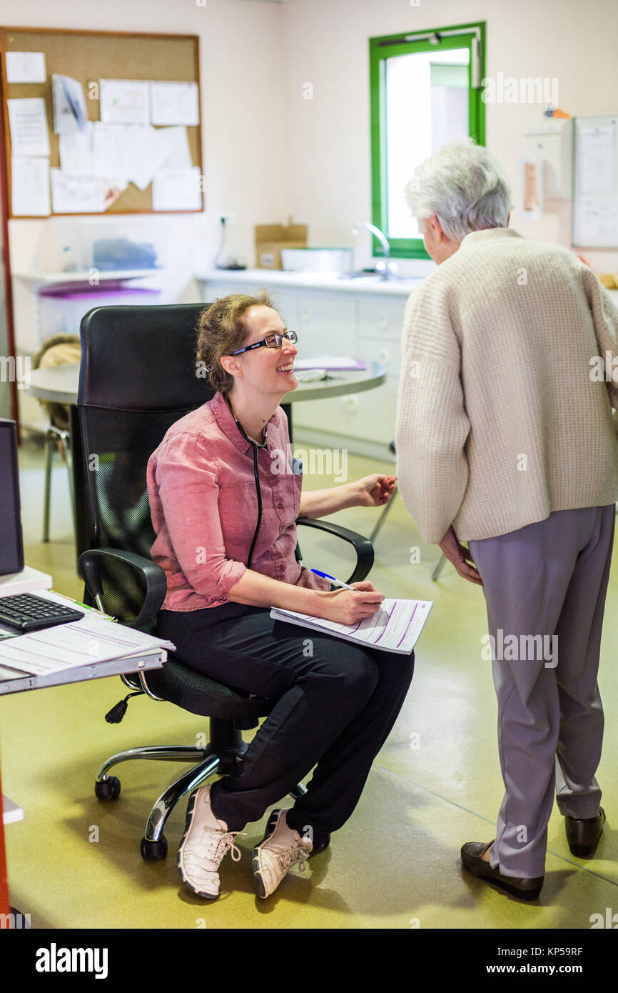 EHPAD specialized in the care of the elderly suffering from Alzheimer's disease, Resident talking to the coordinating - Stock Image