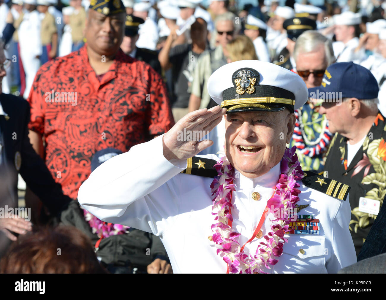 World War II Pearl Harbor veteran Lou Conter salutes soldiers during the 76th Commemoration of the attack on Pearl - Stock Image