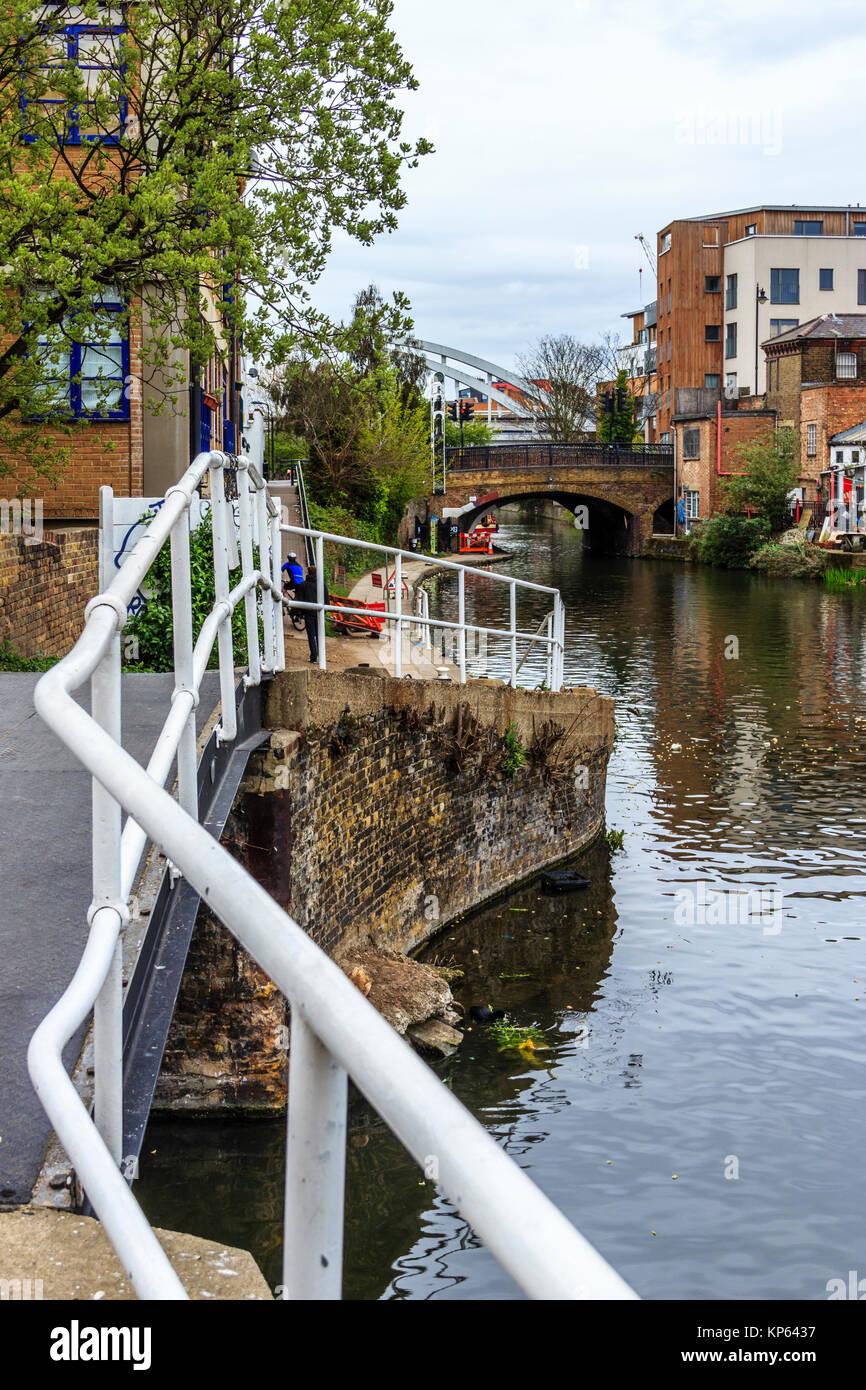 Regent's Canal towpath by Kingsland Basin, London, UK - Stock Image