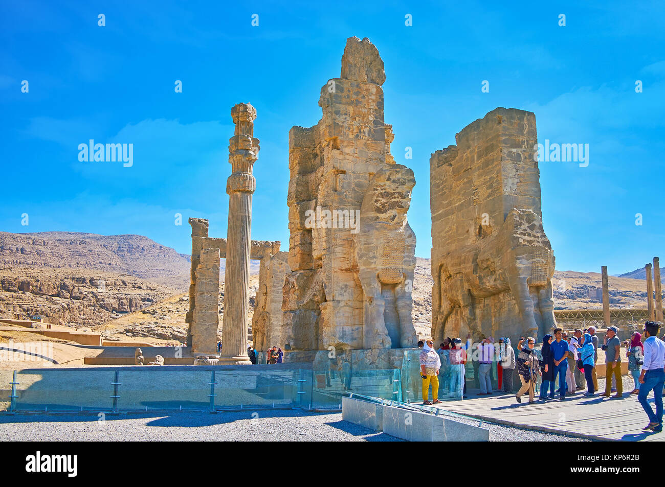 PERSEPOLIS, IRAN - OCTOBER 13, 2017: The numerous tourists next to the All Nations Gate (Xerxes Gate) in Persepolis - Stock Image