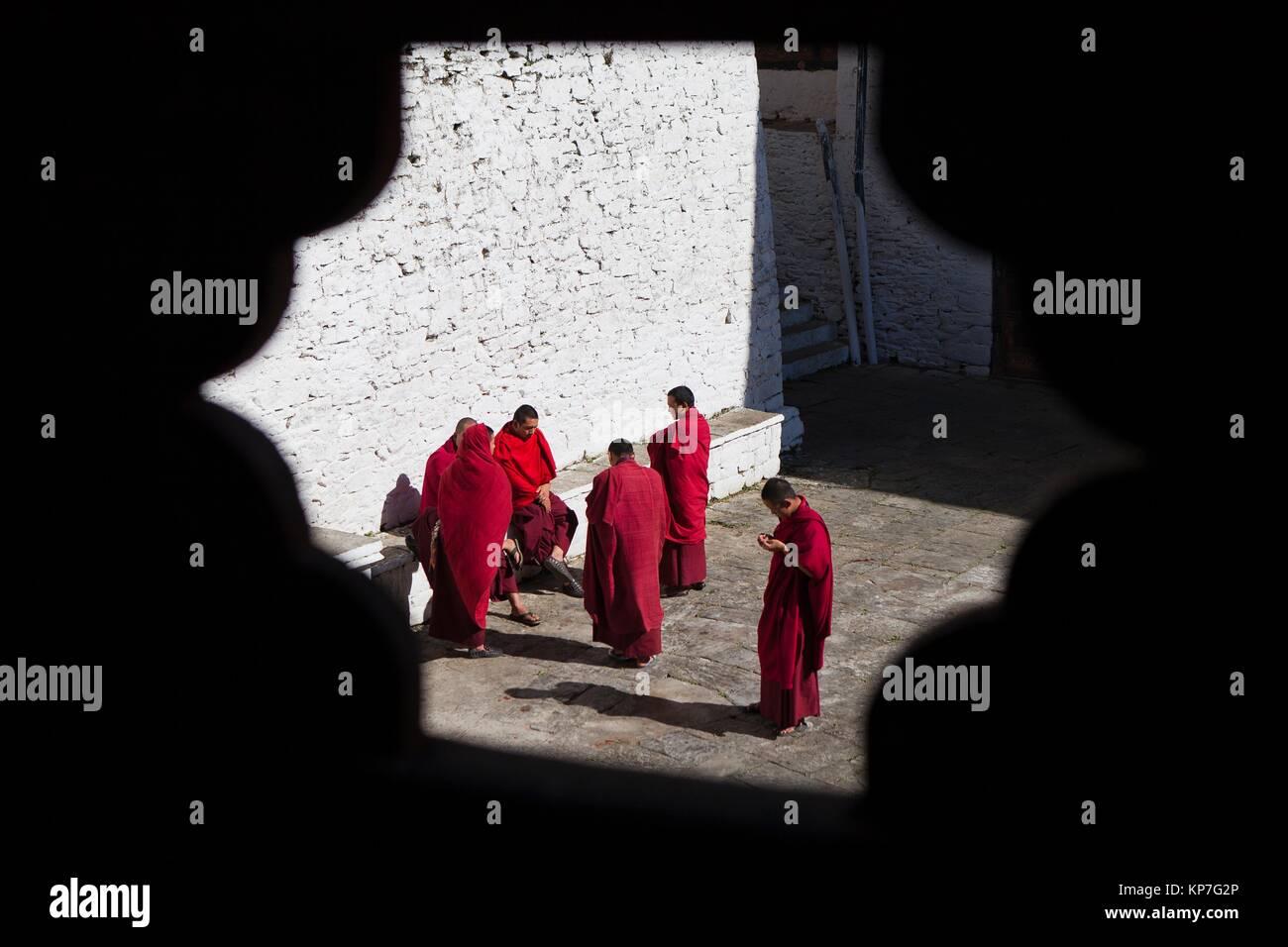 A group of monks in the patio of Trongsa Dzong, Trongsa, Bhutan, Asia - Stock Image
