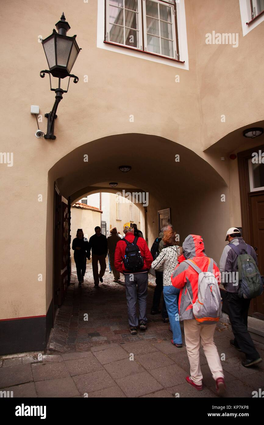 Tourists at the passageway on the Toompea Hill in the old town, Tallinn, Estonia, Baltic States, Europe. - Stock Image