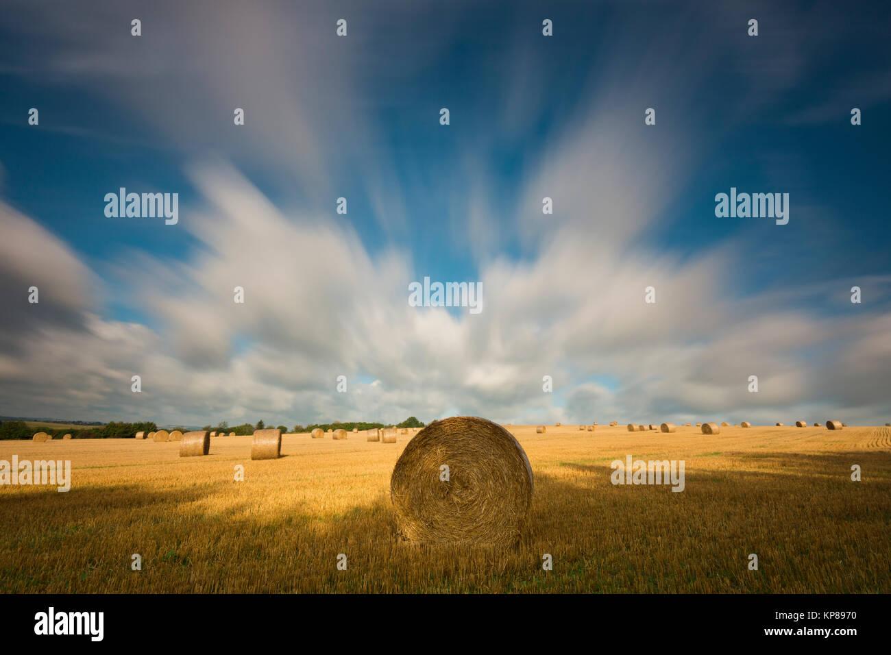 Felder im Licht mit Schatten und Wolken,Sonnenstrahlen,Wolken über Landschaft Stock Photo