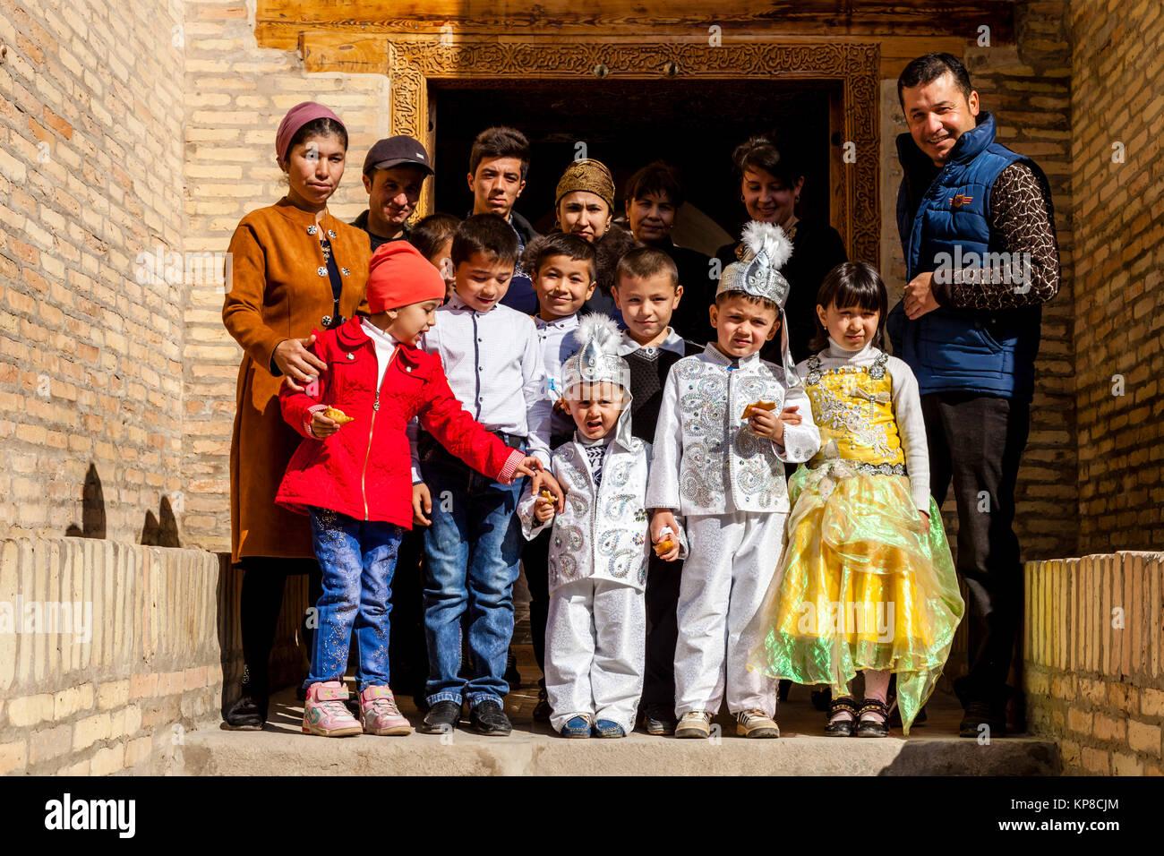 Uzbek Children Dressed In Traditional Costume Visit The Pahlavan Mahmud Mausoleum, Khiva, Uzbekistan - Stock Image