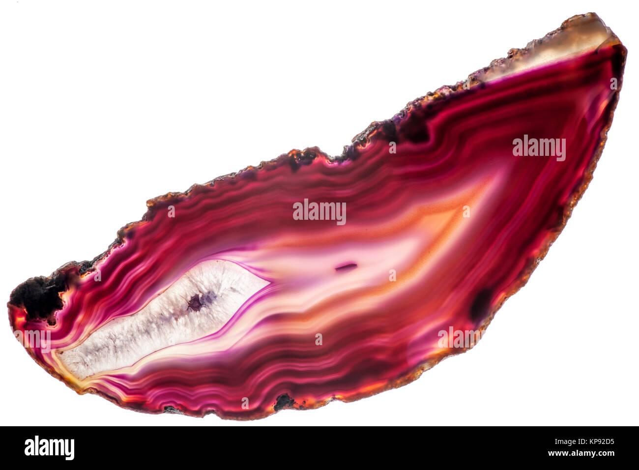 Ansicht einer länglich-flachen, polierten und transparenten Scheibe eines roten Achat mit pfeilförmigen - Stock Image