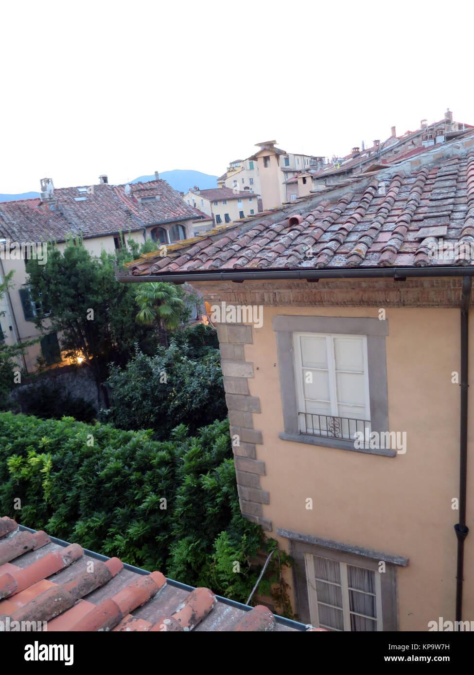 Blick aus dem Fenster über die Dächer , Lucca, Toskana, Italien Stock Photo
