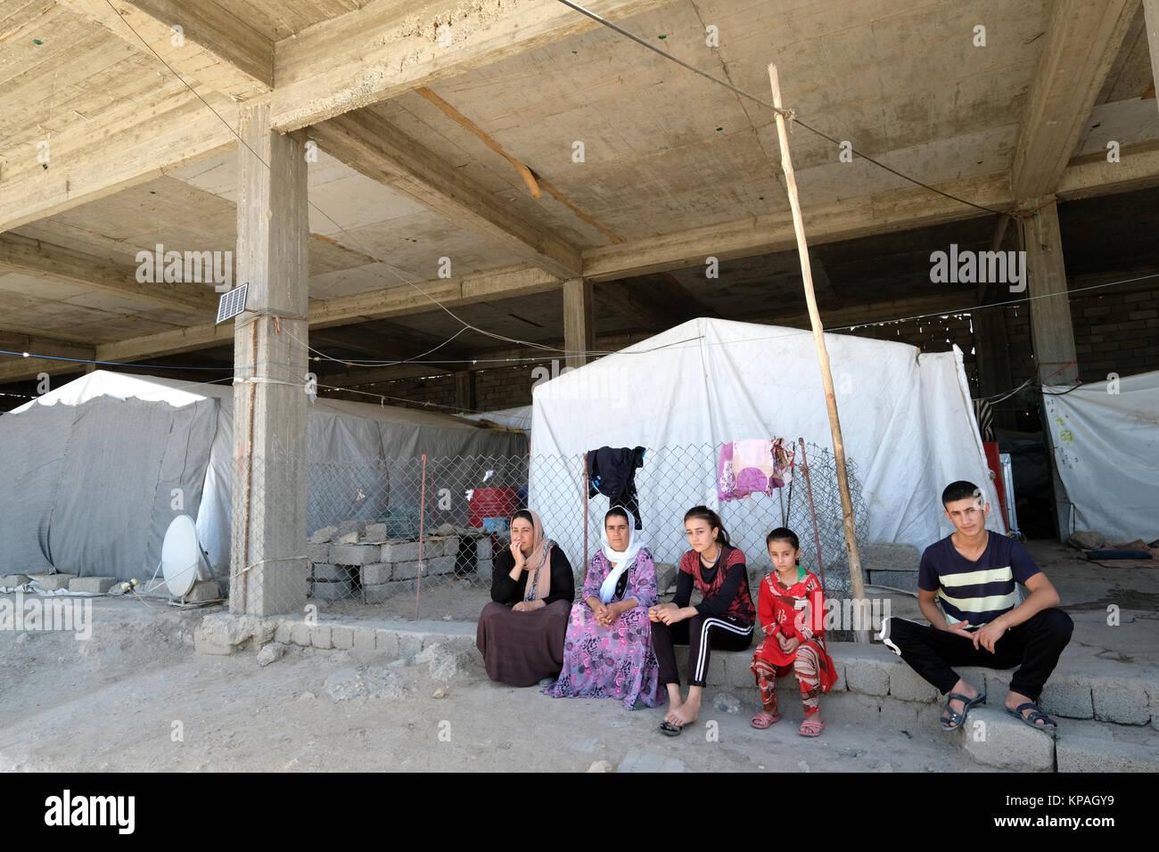 Kurdish Yezidi refugees live in a ruined building in Deraboun near the border with Iraq and Turkey, Kurdistan Autonomous - Stock Image