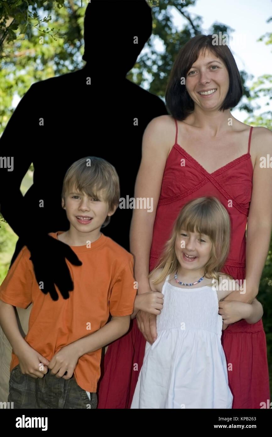 Model release, Symbolbild Vater verlaesst Familie - symbolic for father deserts family - Stock Image