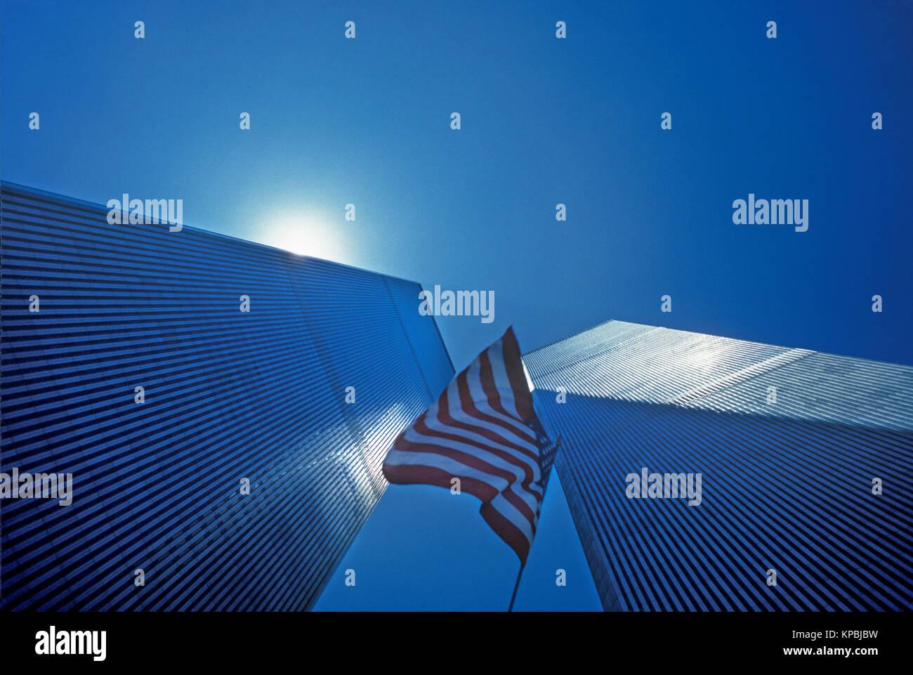 1987 HISTORICAL AMERICAN FLAG TWIN TOWERS (©MINORU YAMASAKI 1973) DOWNTOWN SKYLINE NEW YORK CITY USA - Stock Image