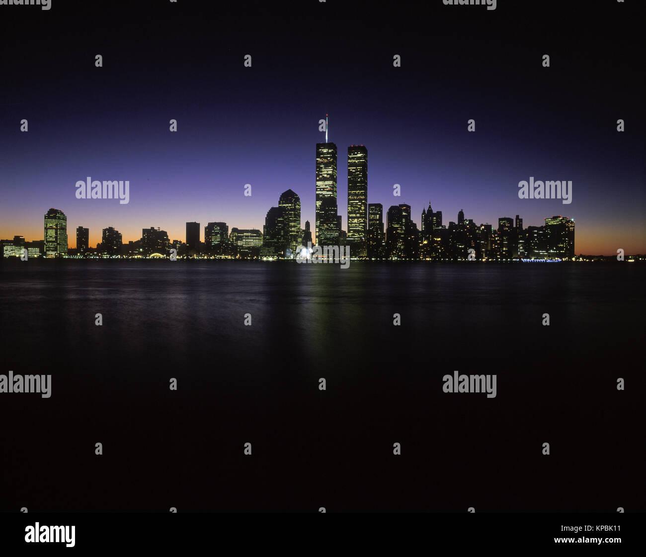 1995 HISTORICAL TWIN TOWERS (©MINORU YAMASAKI 1973) DOWNTOWN SKYLINE HUDSON RIVER MANHATTAN NEW YORK CITY USA - Stock Image