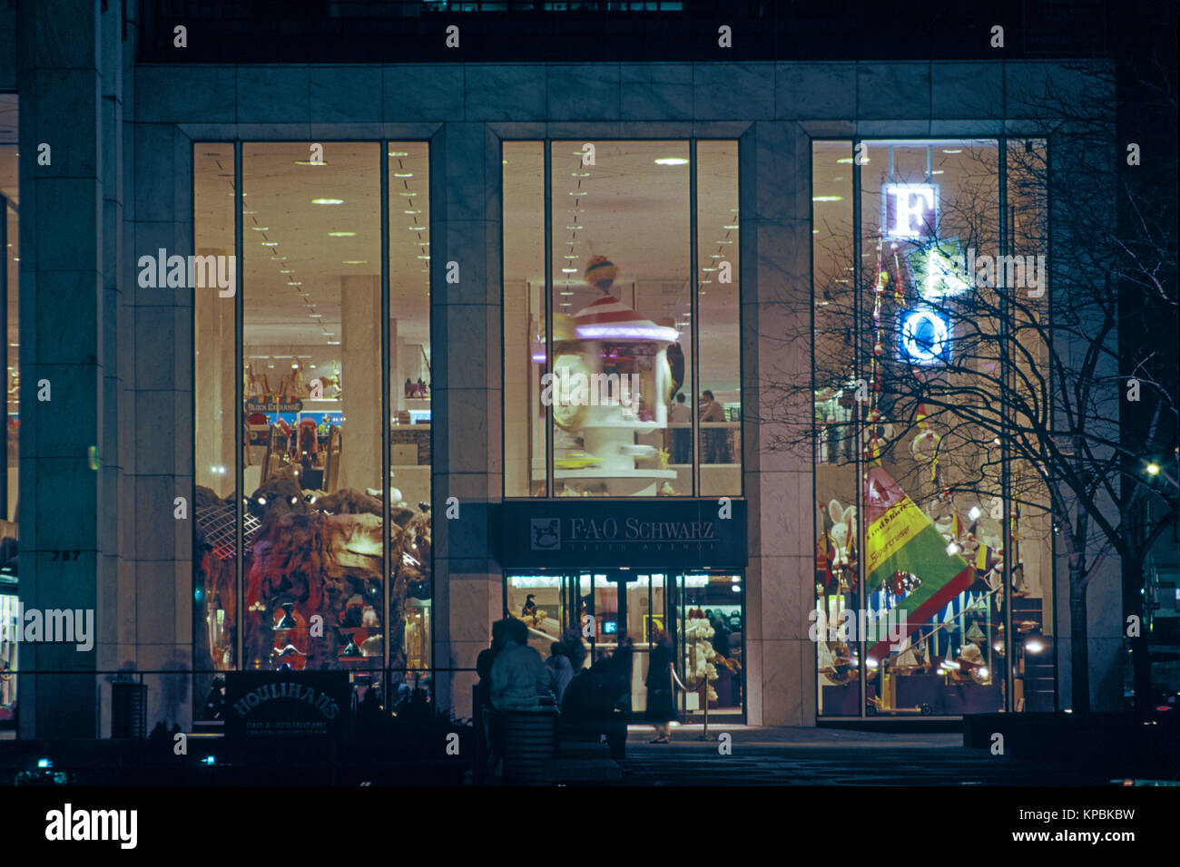 1987 HISTORICAL FOA SCHWARZ TOY STORE FIFTH AVENUE MANHATTAN NEW YORK CITY USA - Stock Image