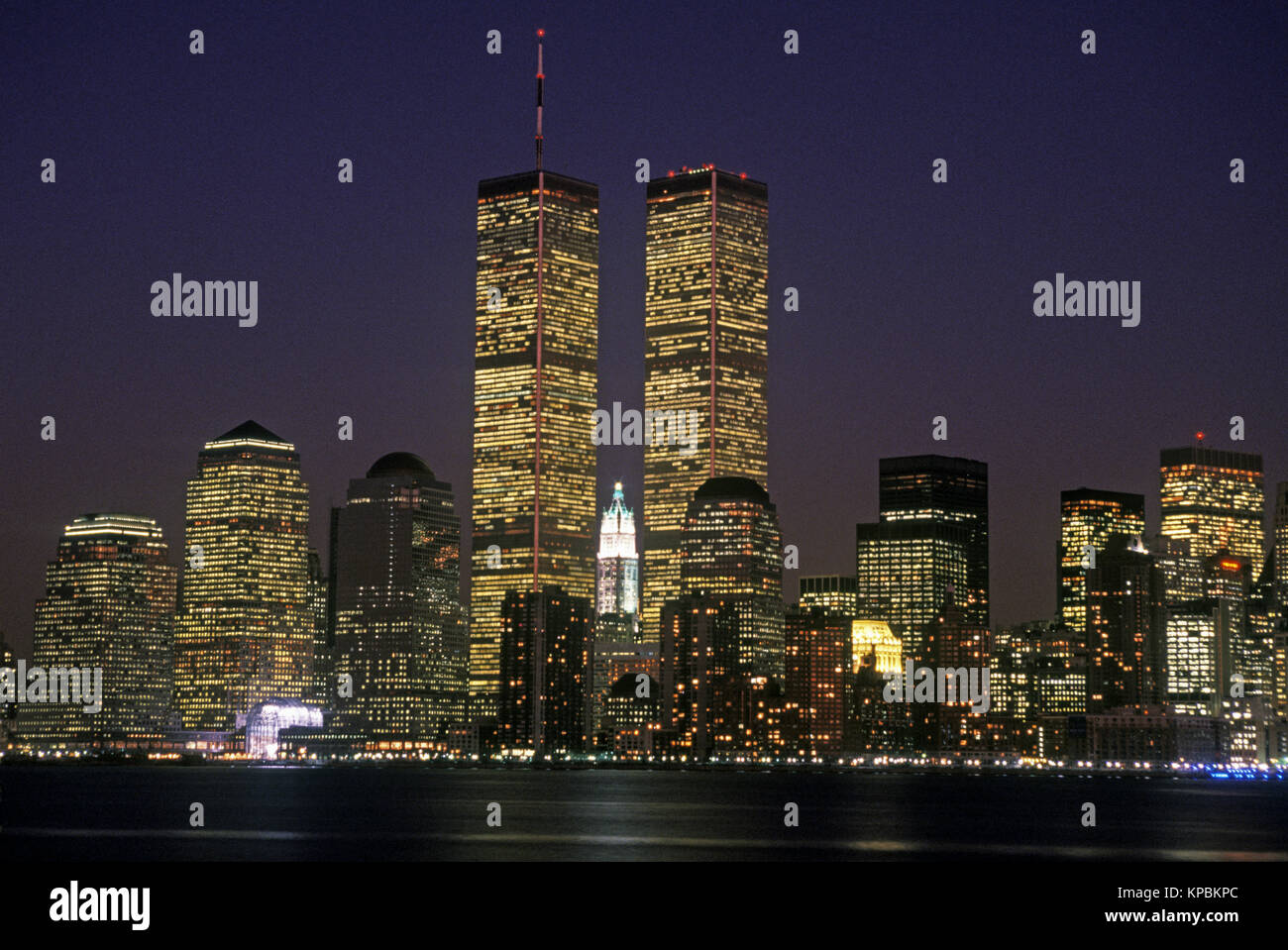 1988 HISTORICAL TWIN TOWERS (©MINORU YAMASAKI 1973) DOWNTOWN SKYLINE HUDSON RIVER MANHATTAN NEW YORK CITY USA - Stock Image
