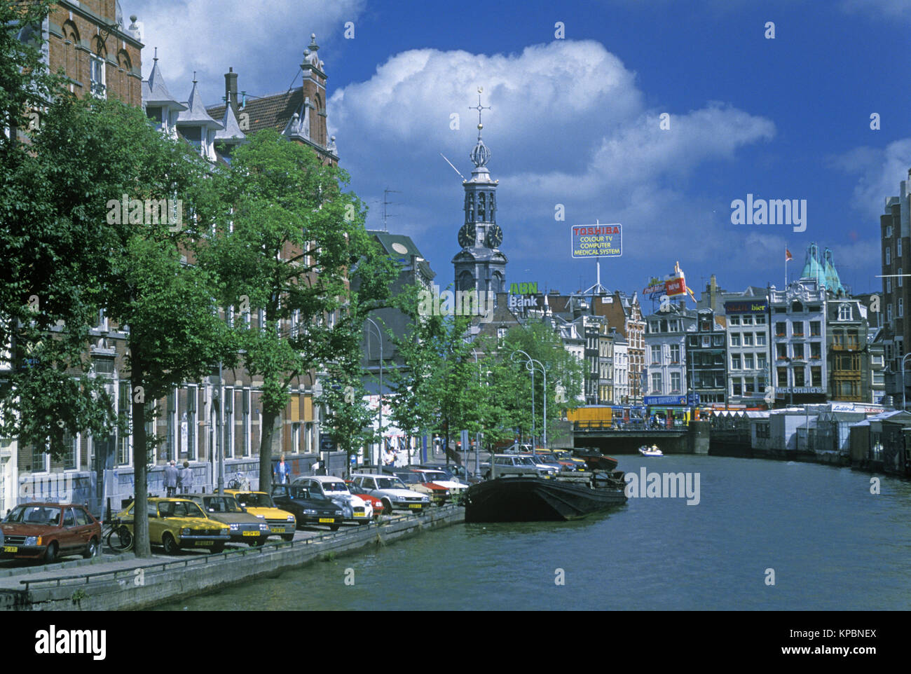 1989 HISTORICAL SINGEL CANAL AND MUNT PLEIN AMSTERDAM HOLLAND - Stock Image