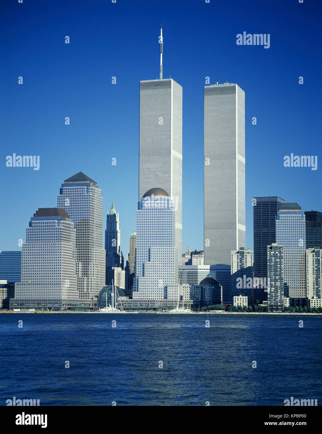 T1989 HISTORICAL TWIN TOWERS (©MINORU YAMASAKI 1973) DOWNTOWN SKYLINE HUDSON RIVER MANHATTAN NEW YORK CITY USA Stock Photo