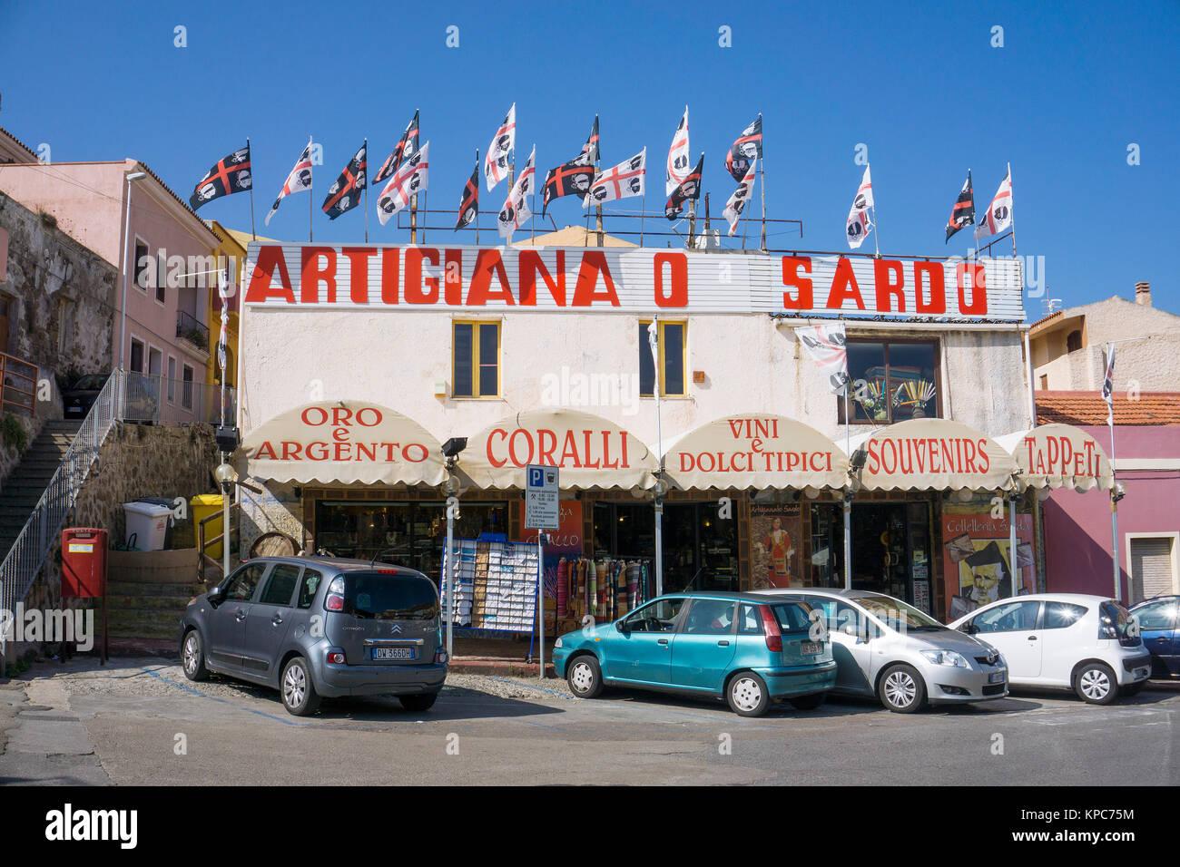 Sardische Fahnen auf dem Dach von einem Souvenirshop in Castelsardo, Sardinien, Italien, Mittelmeer, Europa   Sardinian Stock Photo