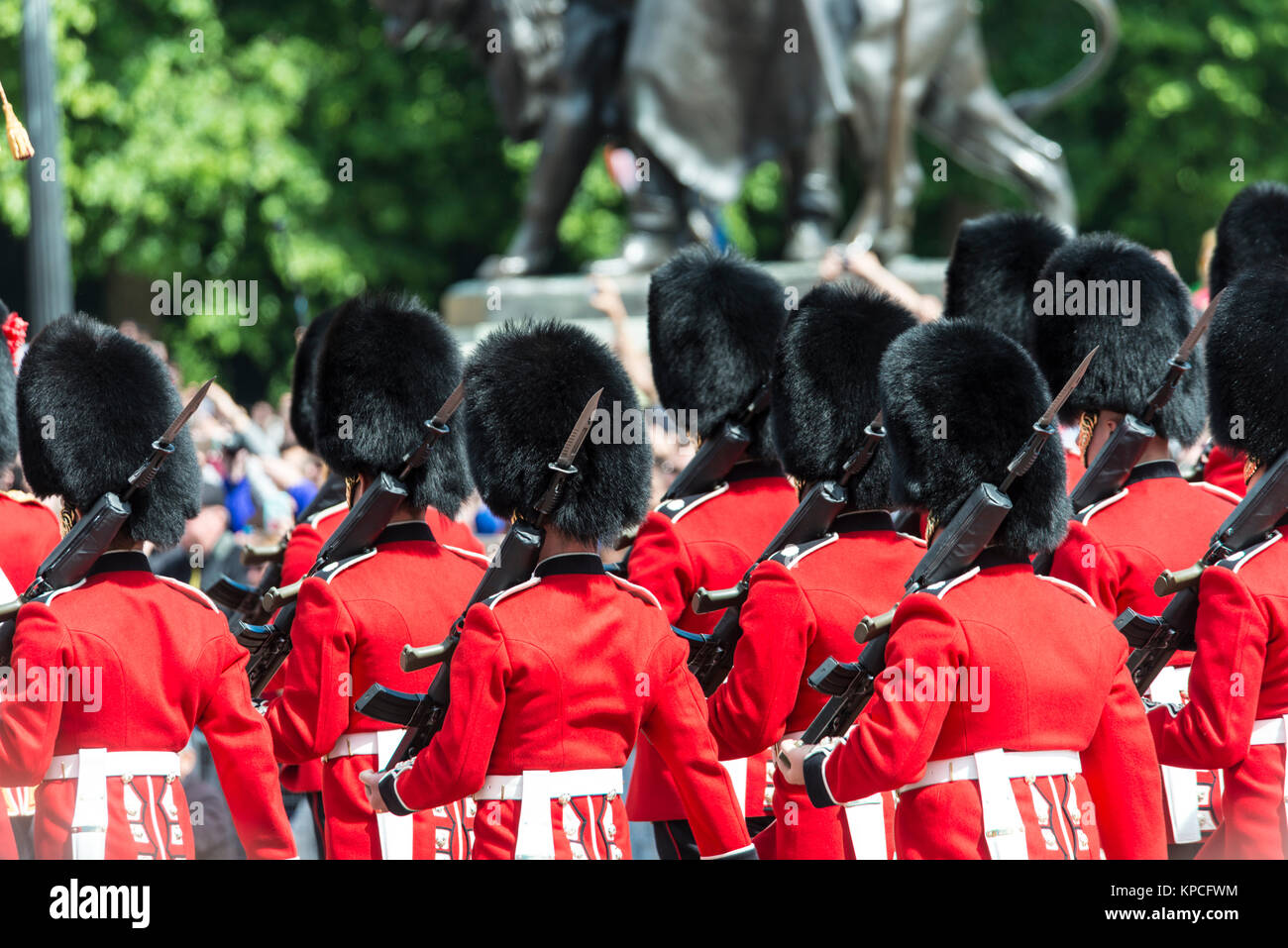 Guardsmen of the Royal Guard with bearskin cap and bayonet, Changing of the Guard, Traditional Changing, Buckingham - Stock Image