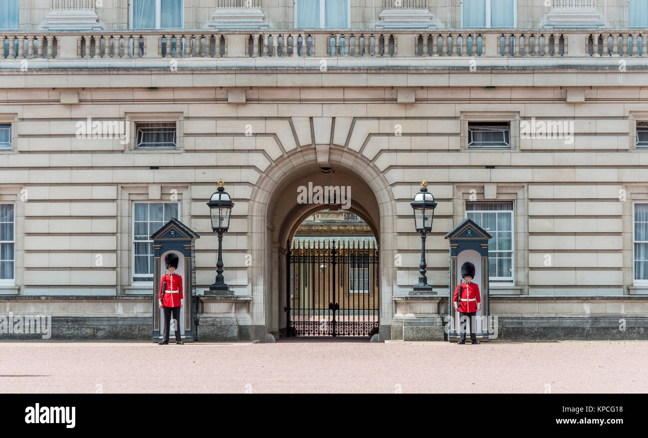 Guardsmen of the Royal Guard with bearskin cap, Buckingham Palace, London, England, Great Britain - Stock Image