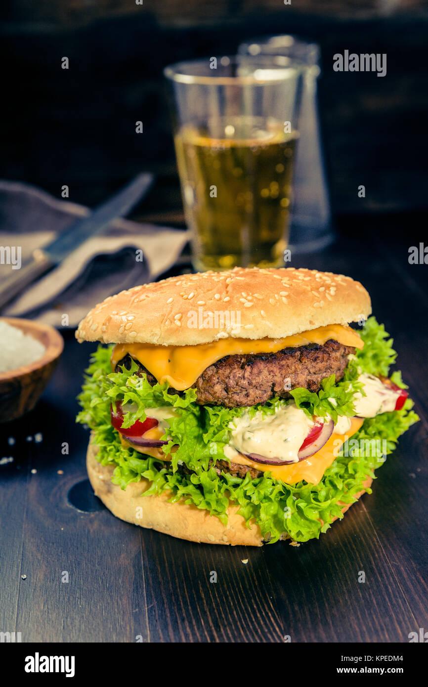 Delikater Burger Frisch Zubereitet Auf Einen Holz Untergrund Stock