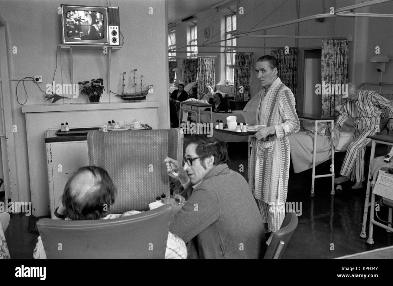 1970s NHS patients have lunch in ward . Charing Cross Hospital London   70S    HOMER SYKES - Stock Image