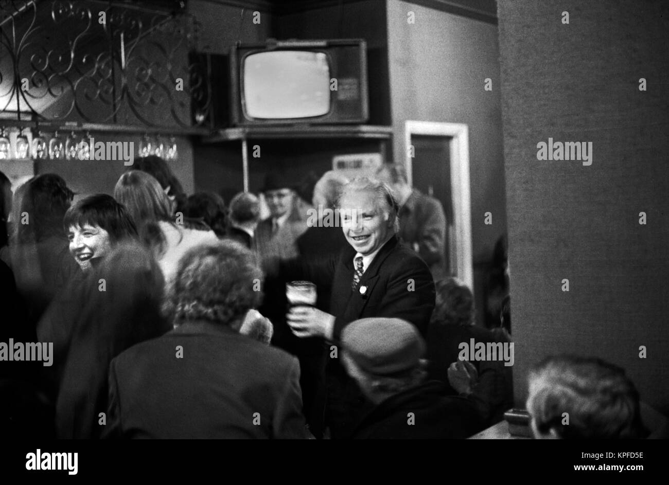 1970s London pub, crowded with Saturday  drinkers 70s London UK HOMER SYKES. - Stock Image
