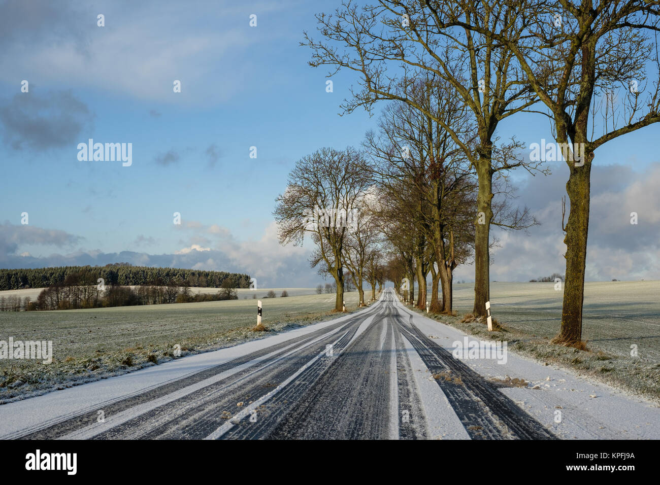 glatte Schneebedeckte Straße im Winter - Stock Image