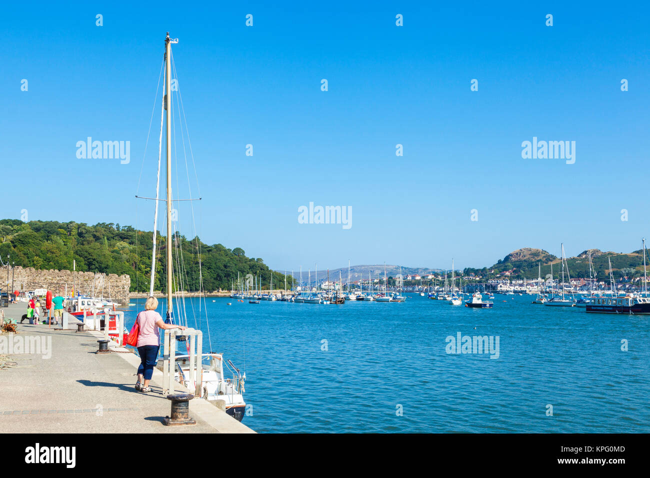 North wales conway north wales conwy north wales tourists and holidaymakers walking along the quayside harbour wall - Stock Image