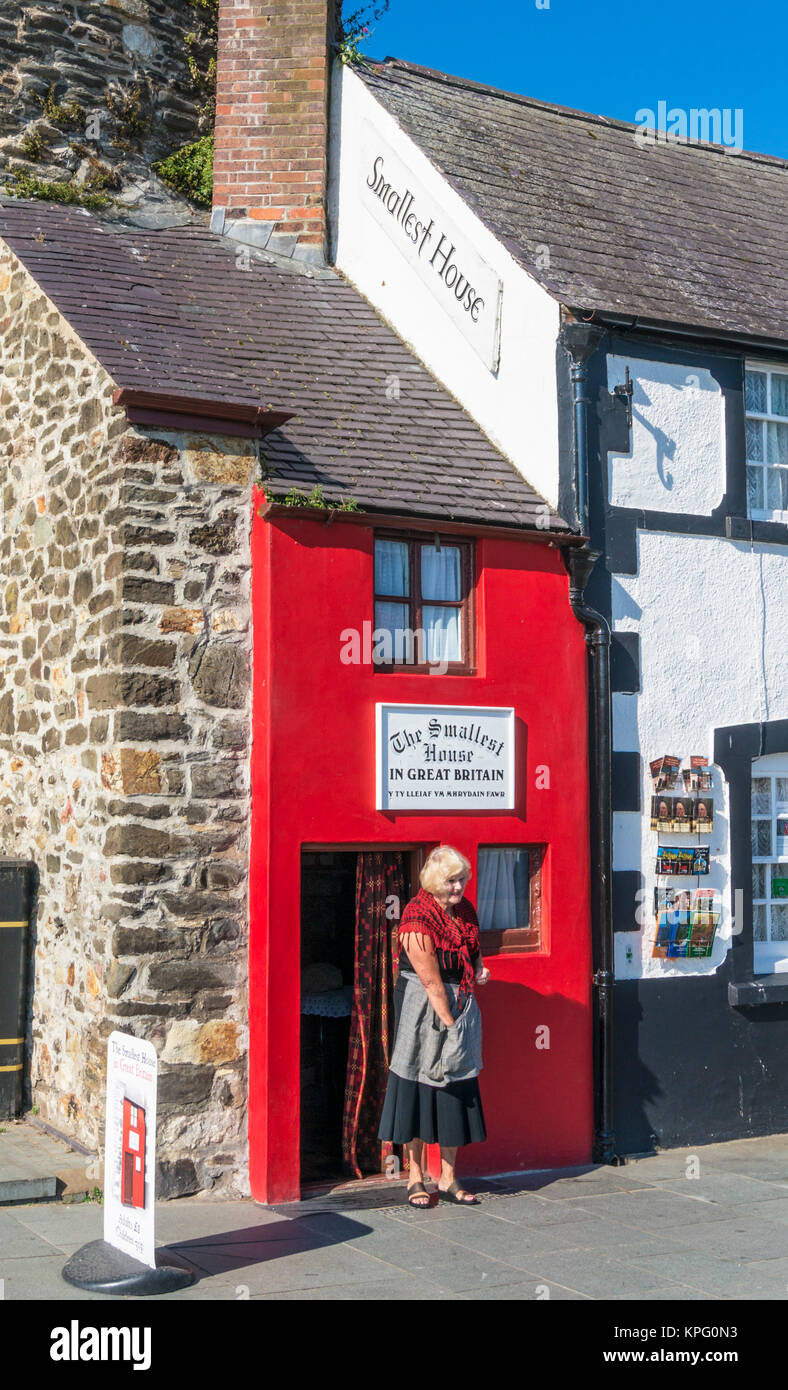 North wales conwy north wales conway north wales Welsh lady in national costume by the smallest house in Great Britain - Stock Image