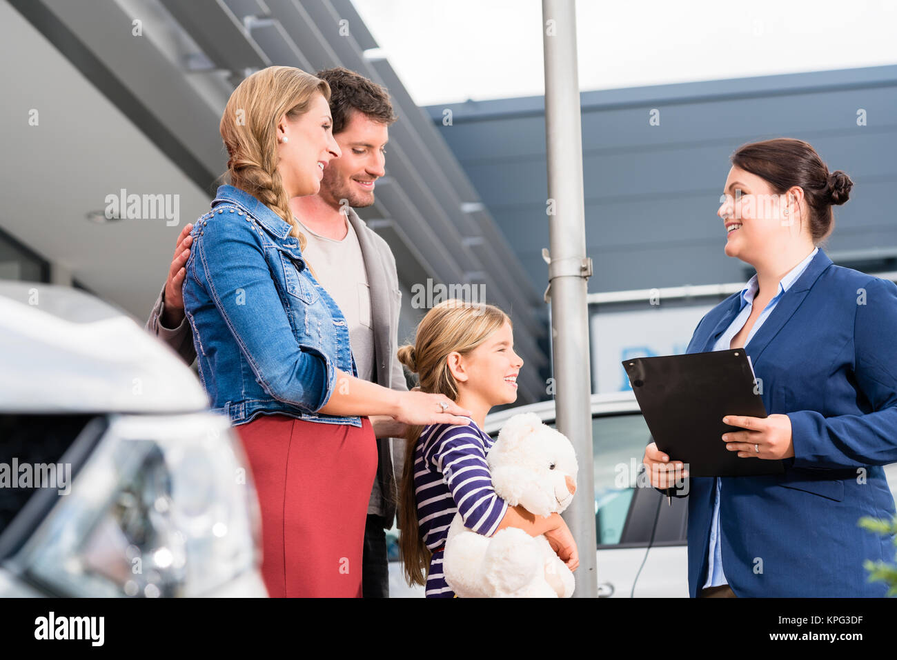 family is advised by car dealers in autokauf - Stock Image