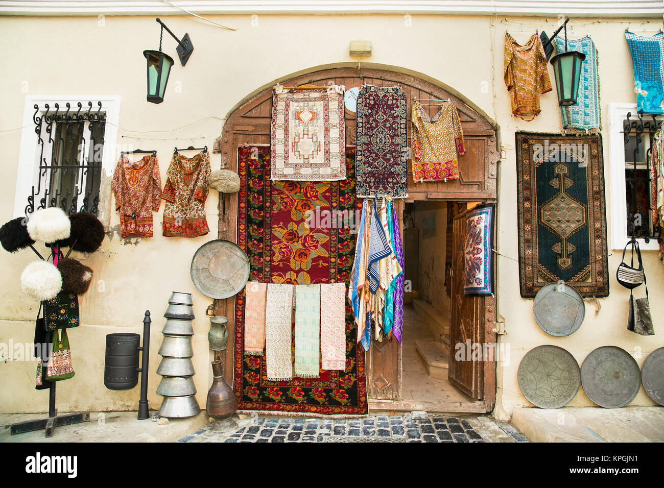 Souvenir shop in Icheri Sheher (Old Town) of Baku, Azerbaijan. Typical tourist shop with souvenirs and antiques. - Stock Image