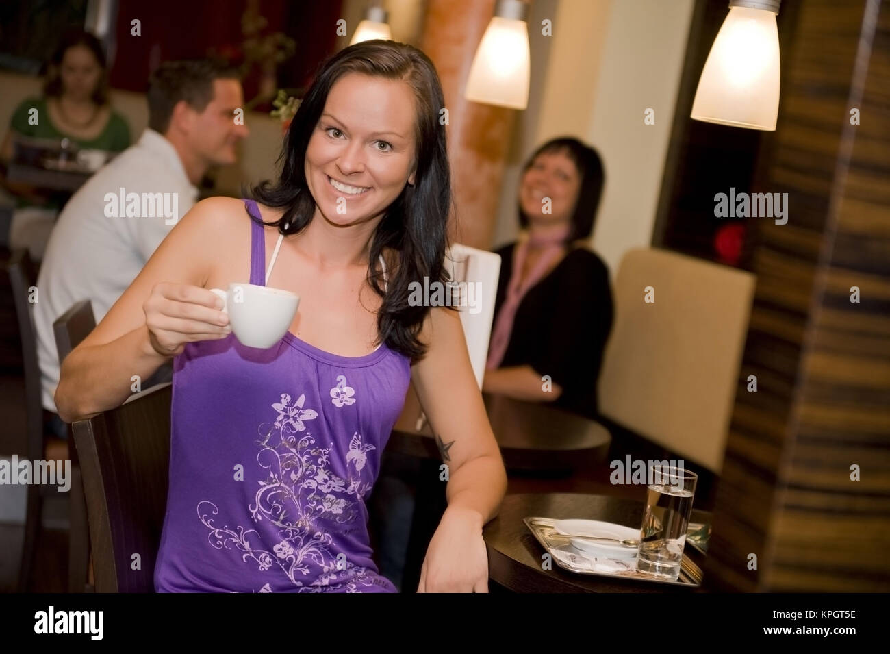 Model released , Kaffeehausbesuch, Junge Frau mit Kaffeetasse - woman drinks coffee in coffeehouse - Stock Image