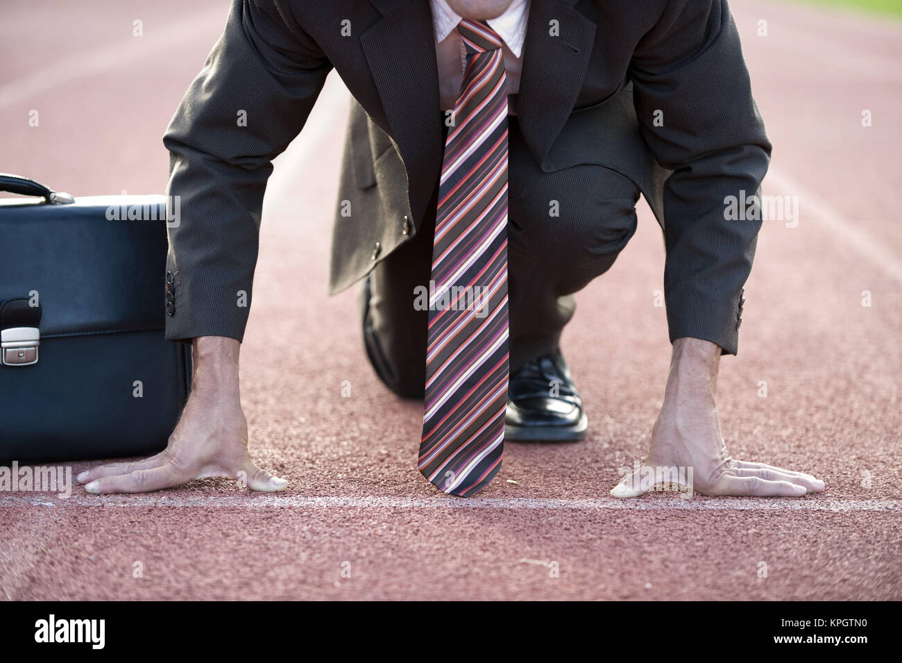 Model released , Gesch‰ftsmann an der Startlinie auf einer Laufbahn - businessman on strating line - Stock Image