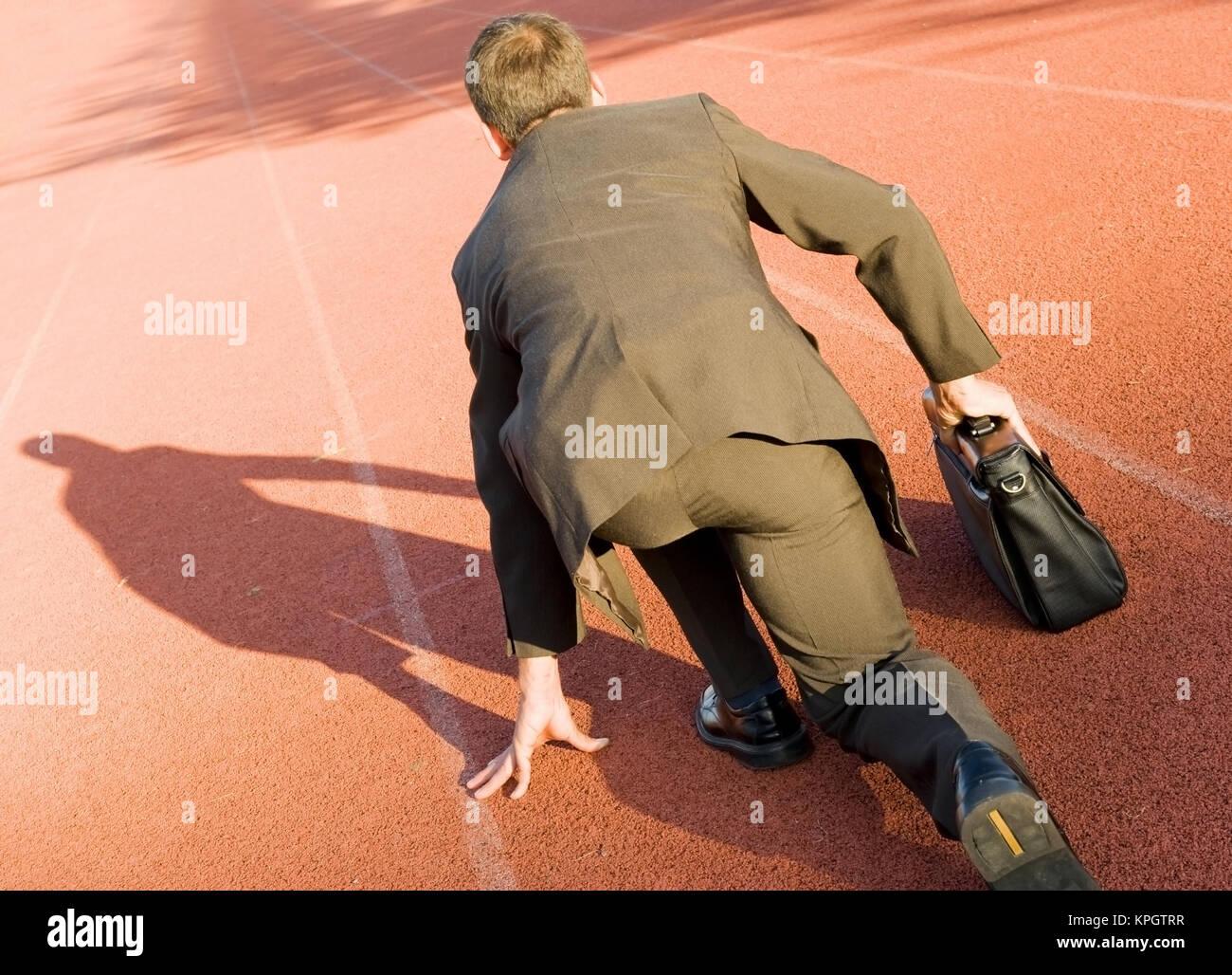 Model released , Gesch?ftsmann in Startposition auf der Laufbahn - business man on running track - Stock Image