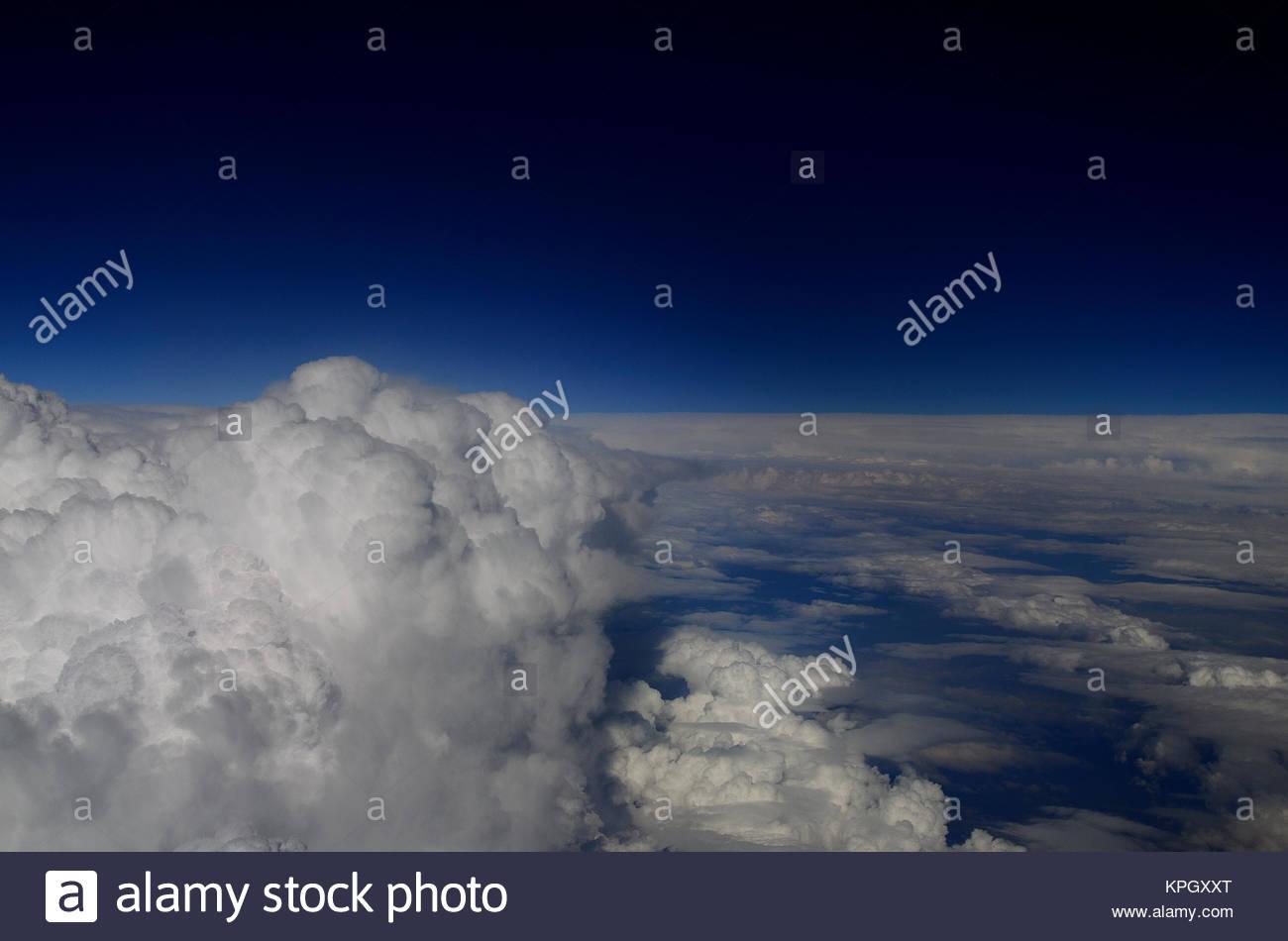 uebergang von wolken auf himmel aussicht von flugzeug Stock Photo